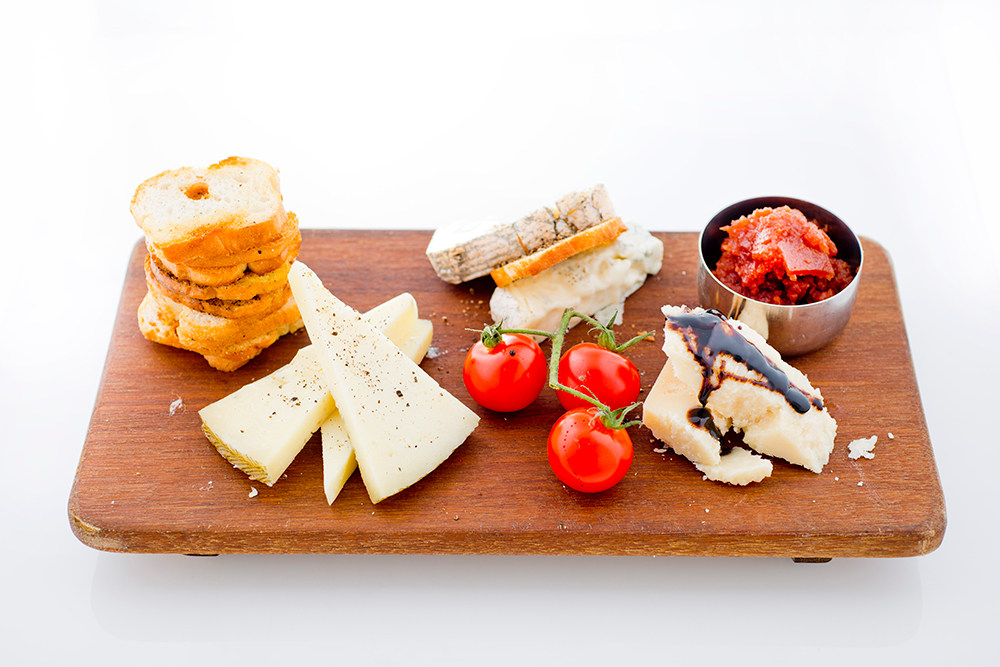 Cheese-Platter-with-Quice-Jam-&-Crackers
